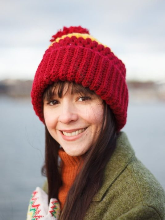 Girl with vegan crochet beanie smiling to the camera